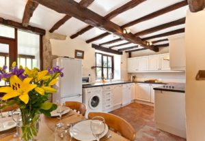 The kitchen and dining area in Carree Cottage
